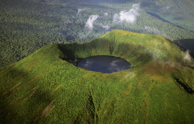 Uganda - 1568 - Bwindi Impenetrable Forest - Buhoma Lodge - Crater view from above