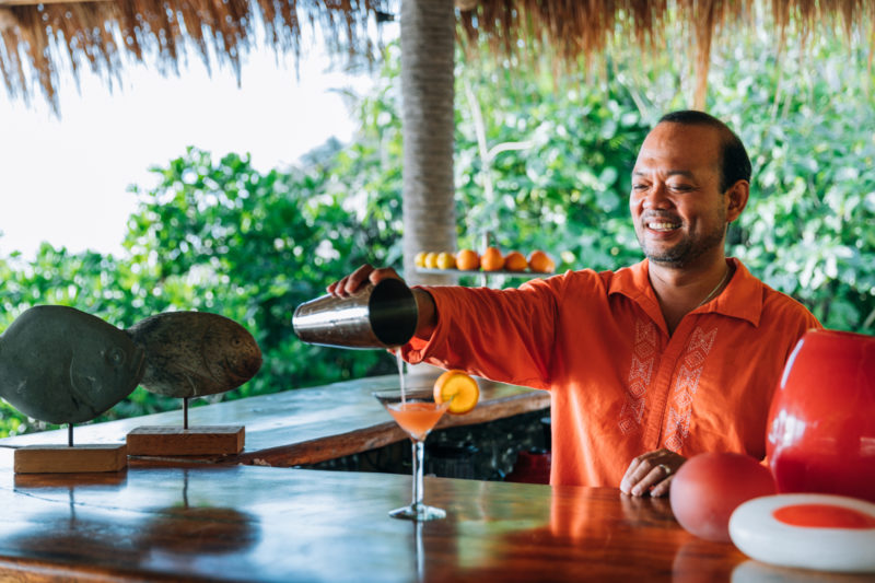Seychelles - North Island - 1554 - North Island Resort - West Beach Bar - Cocktail service by staff