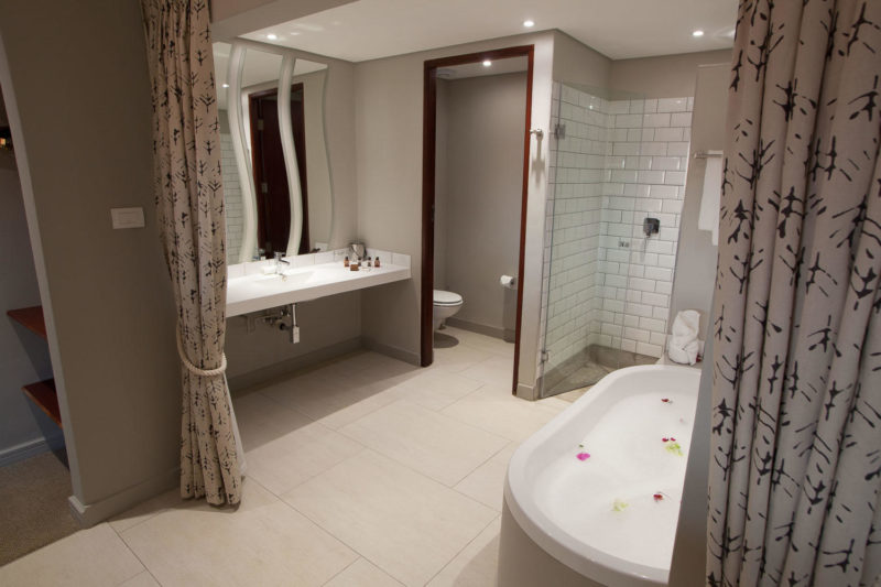 Botswana - Chobe River Front - Chobe Bush Lodge - Luxury room bathroom