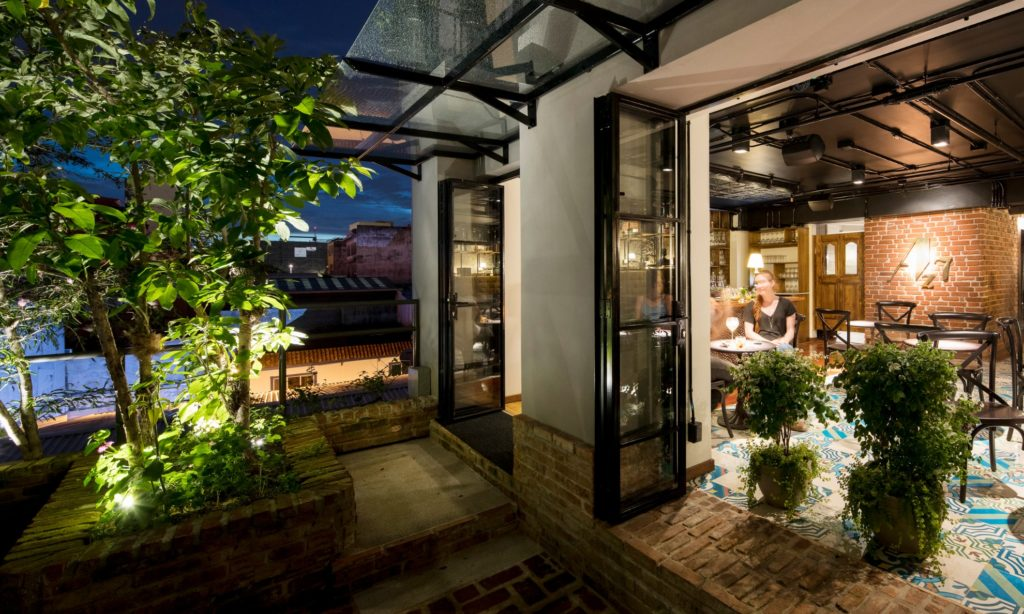 Costa Rica- San Jose- 1570- Hotel Presidente Outside terrace