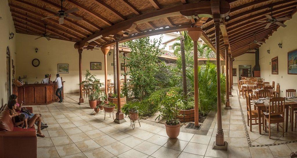 Nicaragua - Granada - 10024 - El Almirante garden courtyard
