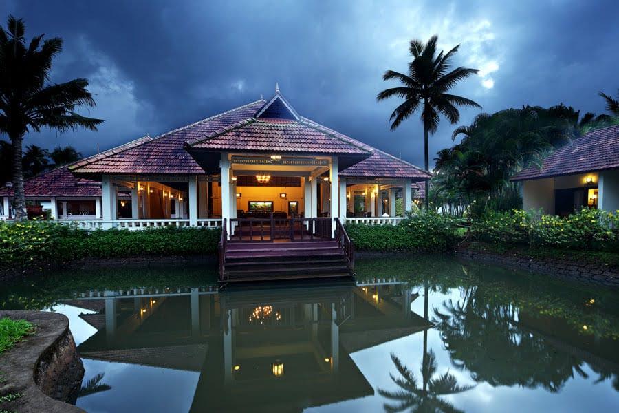 India - Kerala - 1556 - Abad Whispering Palms Kumarakom - Exterior Villas