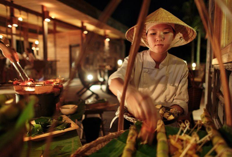 Vietnam - Con Dao - 16103 - Preparing food