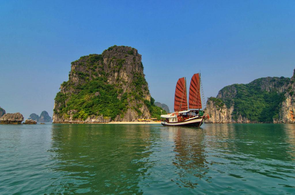 Ha Long - Vietnam - 16103 - L'amour Junk