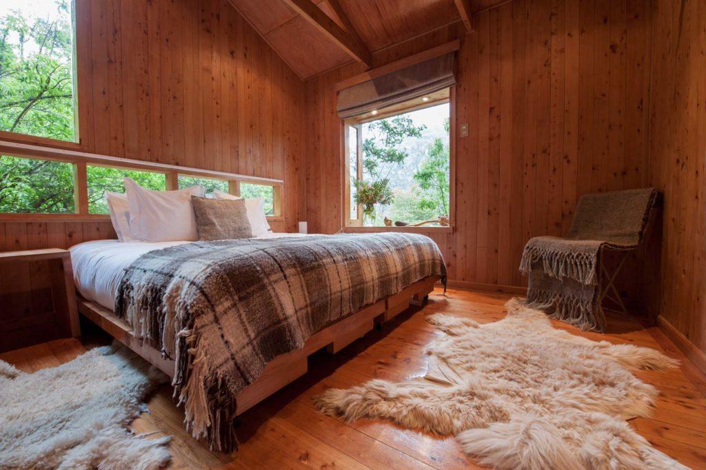 Chile - 1560 - Caleta Tortel - Entre Hielos Lodge Bedroom Overlooking Forest