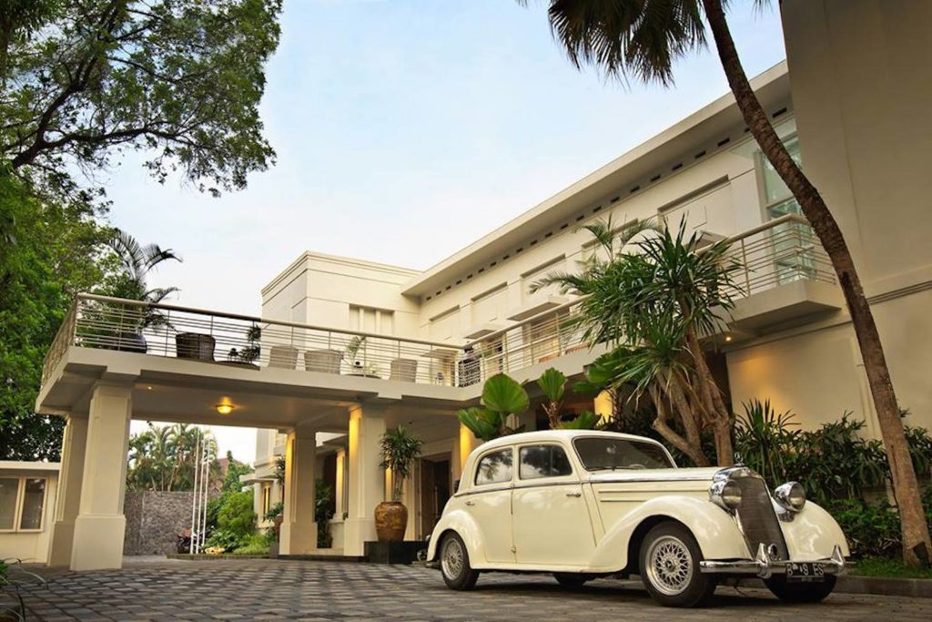 Indonesia - Malang - 18268 - Car in front of Hotel